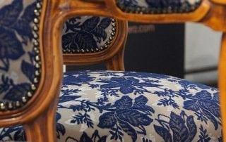 königherz Polsterei: Antike Stühle mit Ziernägeln